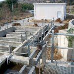 Άποψη της δεξαμενή χλωρίωσης και στο βάθος της εισόδου στις εγκαταστάσεις της Ε.Ε.Λ. Ματάλων – Πιτσιδίων.